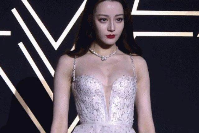 迪丽热巴不再捂胸,低胸礼服秀好身材