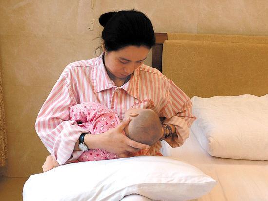 真人示范母乳喂养的4种正确姿势图片以及注意事项