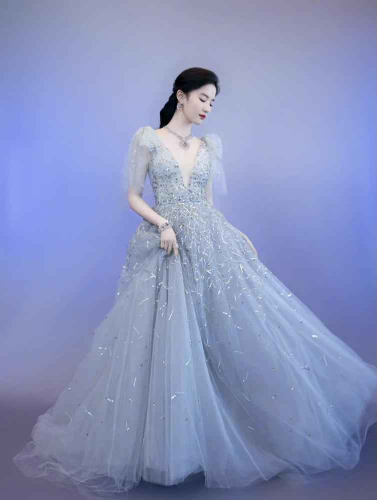 刘亦菲雾霾蓝纱裙出席活动,佩戴近干万高端定制珠宝,小公举终于经营啦-第3张图片-爱薇女性网