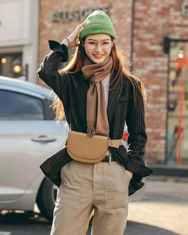围巾怎样系才好看?掌握这几种方法,一般款还可以系出美女模特感-第3张图片-爱薇女性网