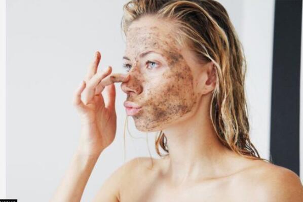 咖啡渣去黑眼圈的方法:把咖啡渣敷在眼睛周围(也可以消除浮肿)-第2张图片-爱薇女性网
