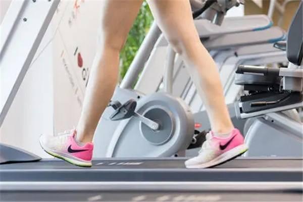 大学生居家训练方法有哪些:开合跳、深蹲(在家就可以减肥)-第2张图片-爱薇女性网