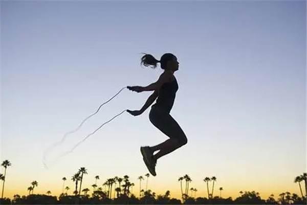 大学生居家训练方法有哪些:开合跳、深蹲(在家就可以减肥)-第5张图片-爱薇女性网