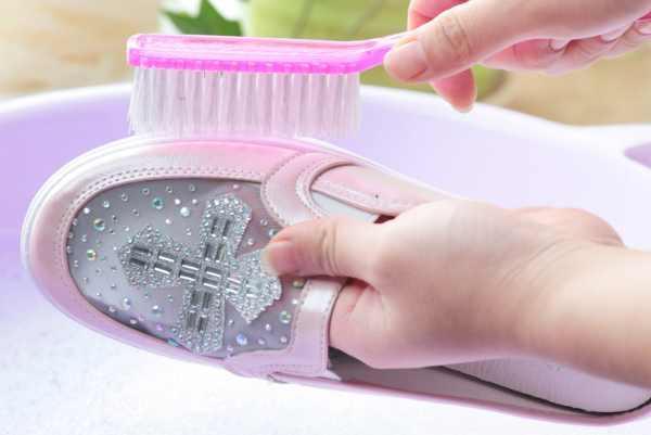 刷鞋子用什么刷的干净:盐加牙膏去除污垢(水加醋浸泡除臭味)-第3张图片-爱薇女性网